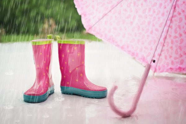 雨の日の塗装工事は可能?梅雨時期の注意点